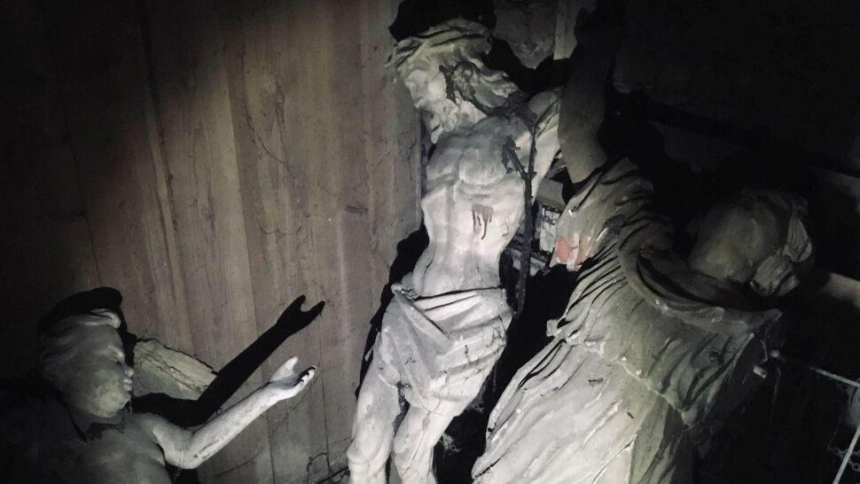 Na strychu dawnej plebanii, pod schodami. Znaleźli trzy barokowe rzeźby
