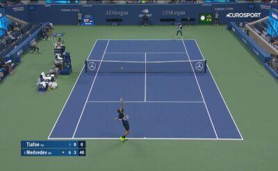 Znakomity drop shot Miedwiediewa w meczu z Tiafoe w 4. rundzie US Open