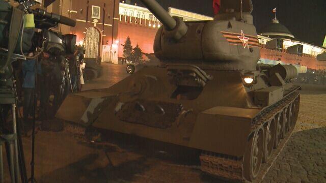Czołg T-34 uległ awarii podczas próbnej defilady. Prawie wjechał w dziennikarzy
