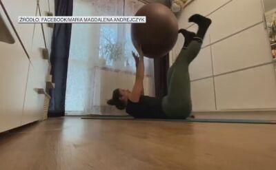 Andrejczyk trenuje w domu z piłką gimnastyczną