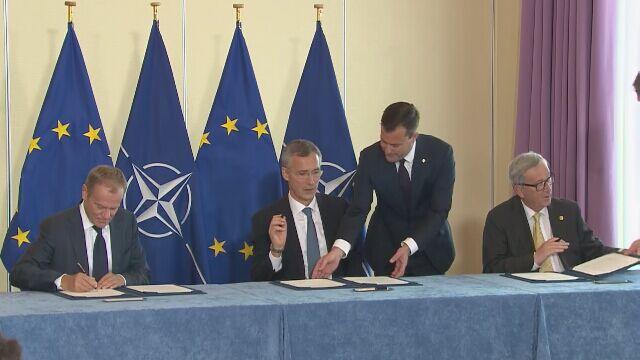 Moment podpisania wspólnej deklaracji UE-NATO