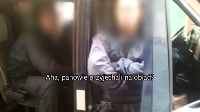Policjanci pod prąd, dziennikarz nagrywa