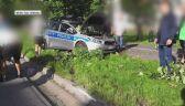 Radiowóz zderzył się z autem na skrzyżowaniu i wbił się w drzewo