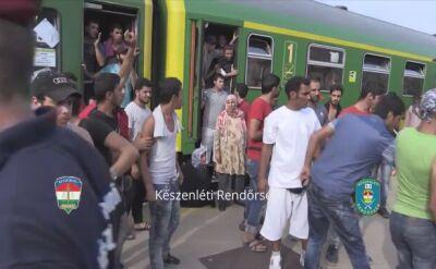 Uchodźcy wyrzucają oferowane im jedzenie i wodę (nagranie bez dźwięku)