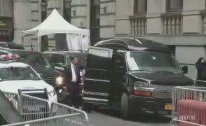 Samochody przed hotelem. Wszyscy czekają na Clinton