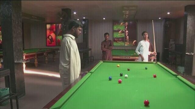 Mohammad Ikram gra w snookera, choć nie ma rąk