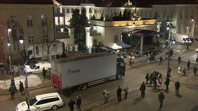 Pod Pałacem Prezydenckim służby sprzątają scenę, z której przemawiał Jarosław Kaczyński