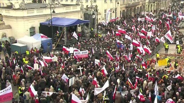 Przed Pałacem Prezydenckim na Krakowskim Przedmieściu tłumy ludzi