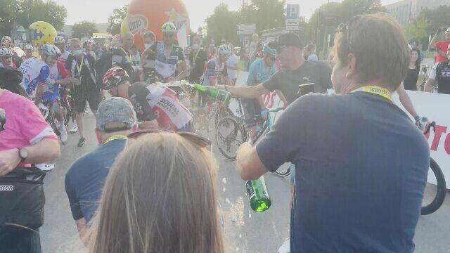 Marczyński polewany szampanem o swoim ostatnim Tour de Pologne w karierze