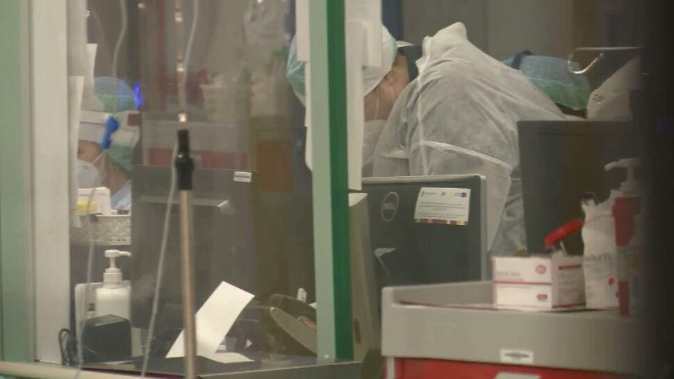 Spada liczba nowych przypadków zakażeń SARS-CoV-2, ale liczba zgonów wciąż jest wysoka