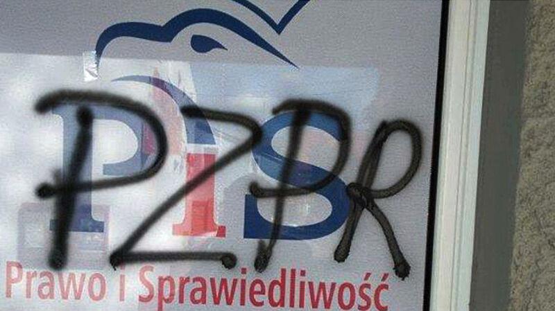 """Zarzut propagowania totalitaryzmu za napis """"PZPR"""" na biurze PiS"""