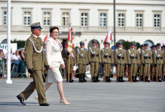 06.08 | Premier Ewa Kopacz podczas uroczystości przyjęcia przez prezydenta Andrzeja Dudę zwierzchnictwa nad siłami zbrojnymi RP