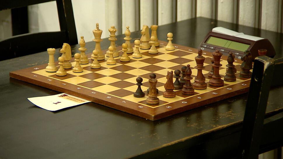 """Konsternacja w świecie szachowym. Logo pojedynku o tytuł mistrza """"troszeczkę z Kamasutry"""""""
