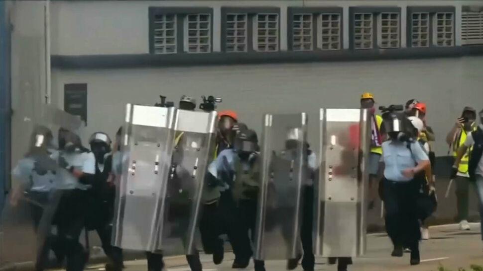 """""""Ostatnio pojawili się ludzie z nożami"""". Sytuacja w Hongkongu coraz bardziej napięta"""