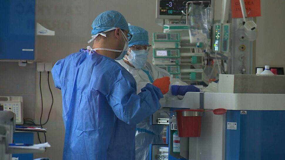"""Niezaszczepieni na COVID-19 umierają na COVID-19. """"Wielu pacjentów odejdzie"""""""