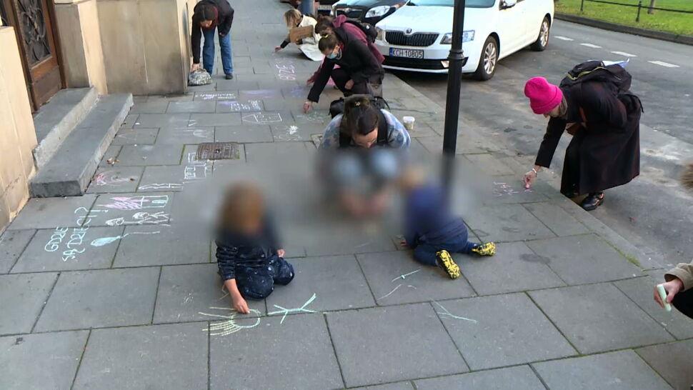 Dzieci pytały o dzieci, malując kredą na chodniku. Policja kredki zatrzymała