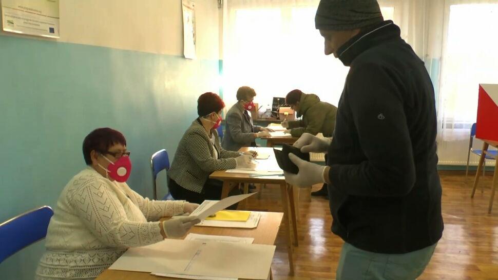 Jednorazowe długopisy i rękawiczki. Wybory uzupełniające w cieniu koronawirusa