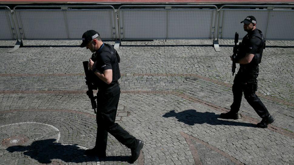 Naloty, aresztowania, ewakuacje i kolejne teorie. Strach na Wyspach po ataku w Manchesterze