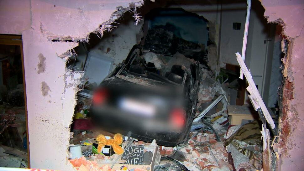 Rozpędzone auto wjechało w dom. Pojazd przebił dwie ściany