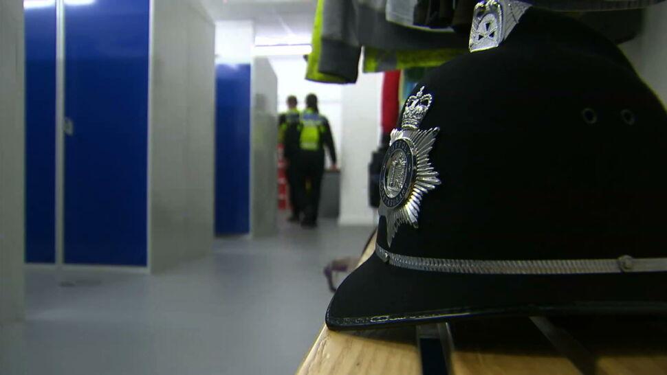 Brytyjscy policjanci będą mieli kamery na czapkach