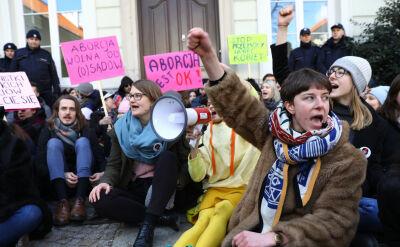 """Protesty, """"uniki"""" polityków i """"niepokój"""" Episkopatu. Ostry spór o aborcję"""