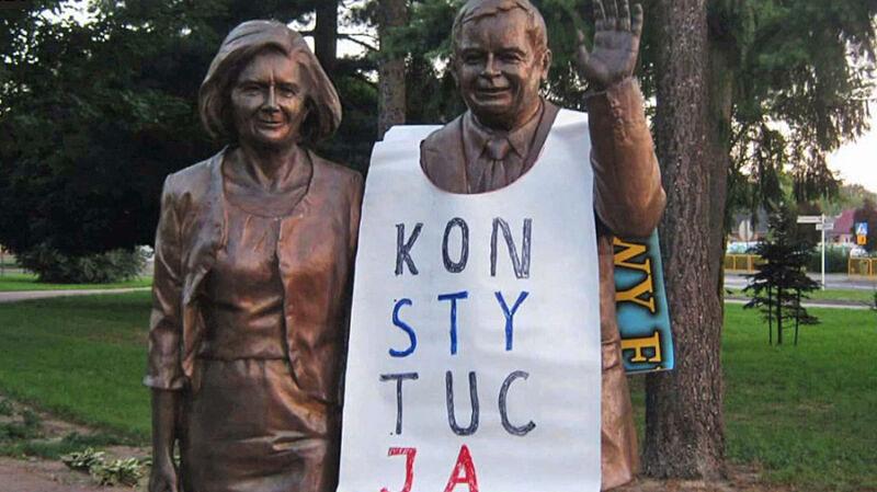 06.08.2018 | Policja przeszukała dom o 6:30. Bo założył koszulkę z napisem KONSTYTUCJA na pomnik Lecha Kaczyńskiego