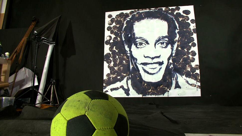 Maluje portrety piłkami i rękawicami. Jego niekonwencjonalną sztukę doceniają krytycy