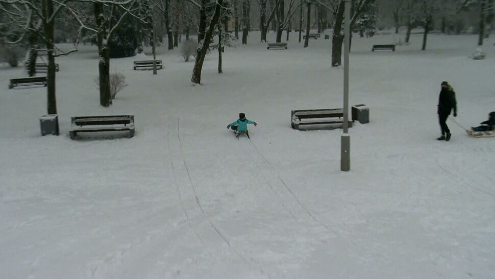 """W niemal całej Polsce sypnęło śniegiem. """"Dla dzieci to jest atrakcja"""""""