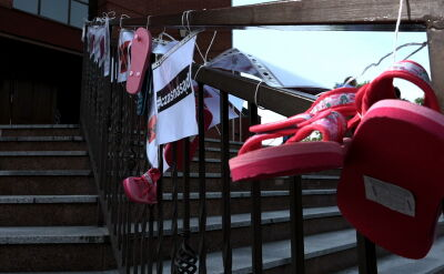 Na płotach kościołów znów zawisły dziecięce buciki