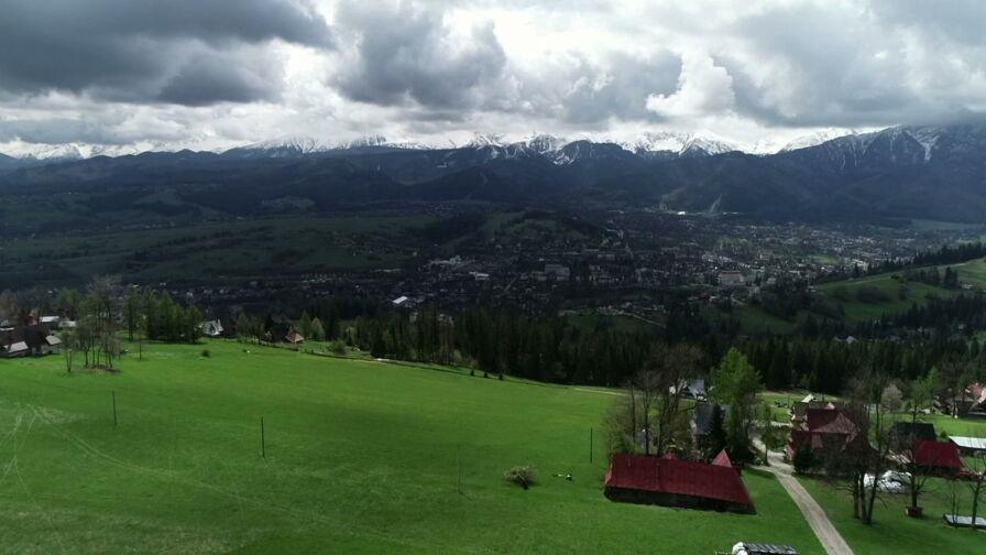 Zmienne warunki w Tatrach. W górach zima, w dolinach wiosna