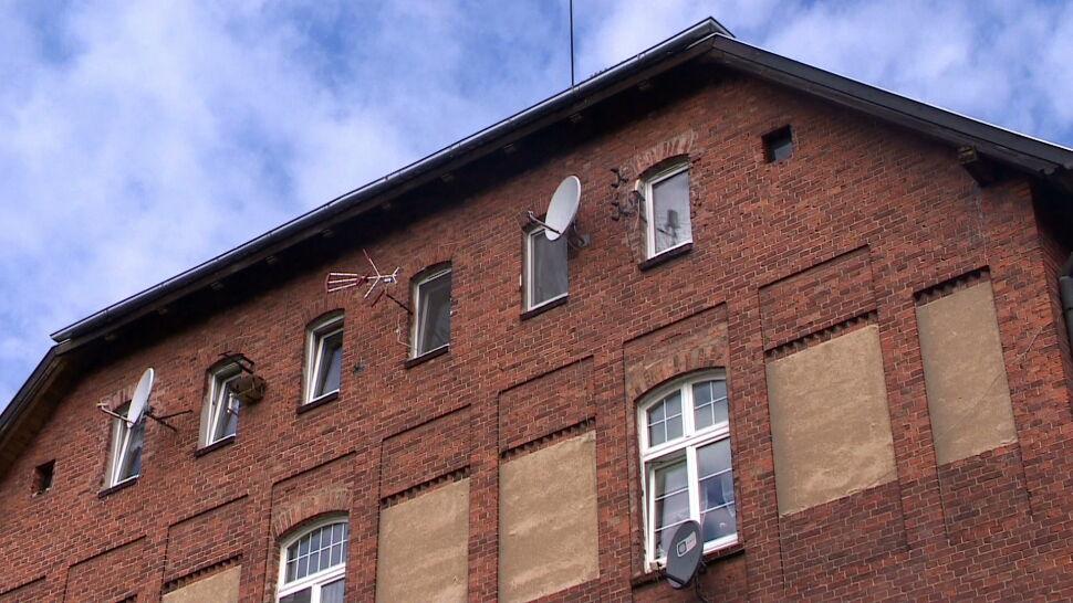 Czteroletni bliźniacy wypadli z okna. Policja wyjaśnia, jak doszło do tragedii