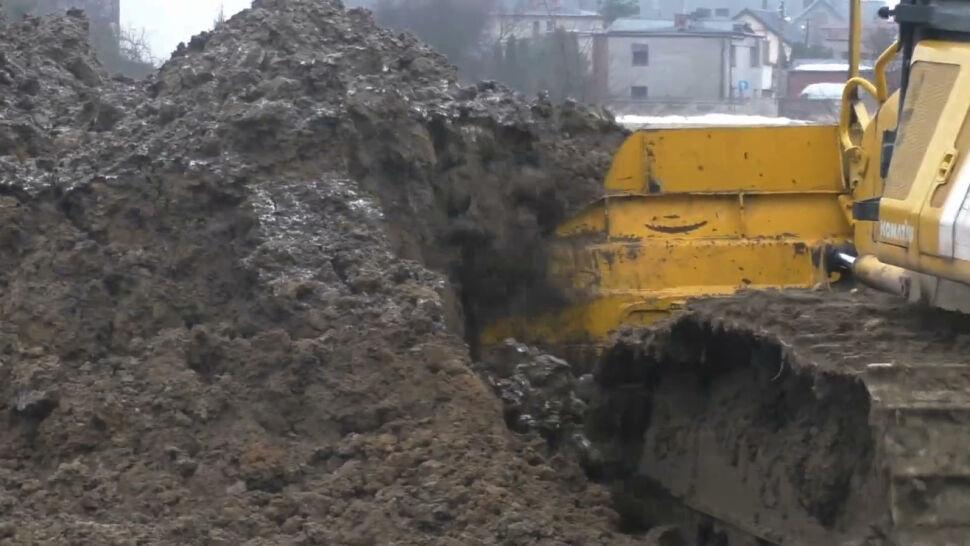 Skażona ziemia trafiła w okolice domów. Są wyniki kontroli