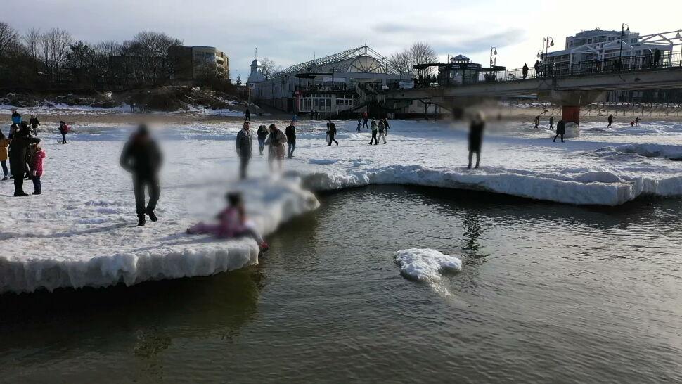 Weszli na zamarznięty brzeg morza, pękł pod nimi lód. To mogło skończyć się tragedią