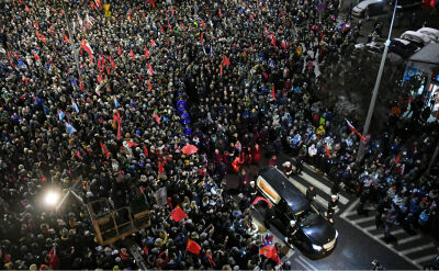 Kondukt żałobny z ciałem Pawła Adamowicza przeszedł do Bazyliki Mariackiej. Tysiące ludzi na ulicach