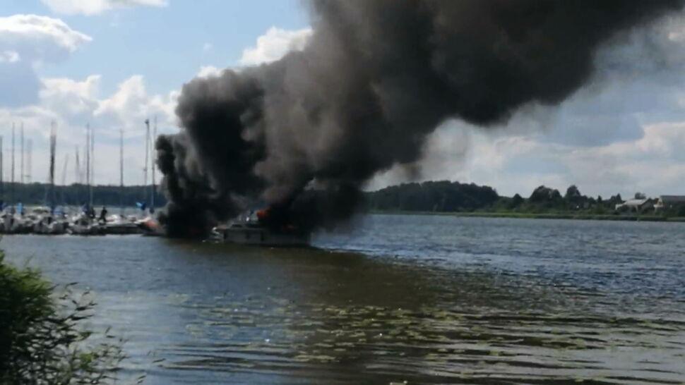 """""""Dzieci płakały, krzyczały, część wskoczyła do wody"""". W Ostródzie spłonęły dwie łodzie"""
