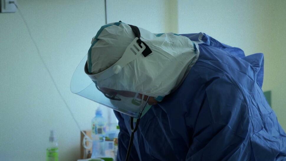 """""""To jest wojna"""". Dla pracowników medycznych organizowane są infolinie i konsultacje psychologiczne"""