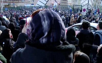 """Protesty antyrządowe w Teheranie. Brytyjski ambasador zatrzymany (""""Fakty w południe"""" z 13.01)"""