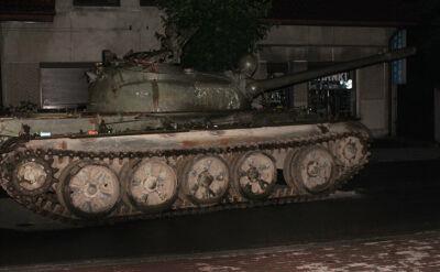Pijany czołgista amator w radzieckim czołgu