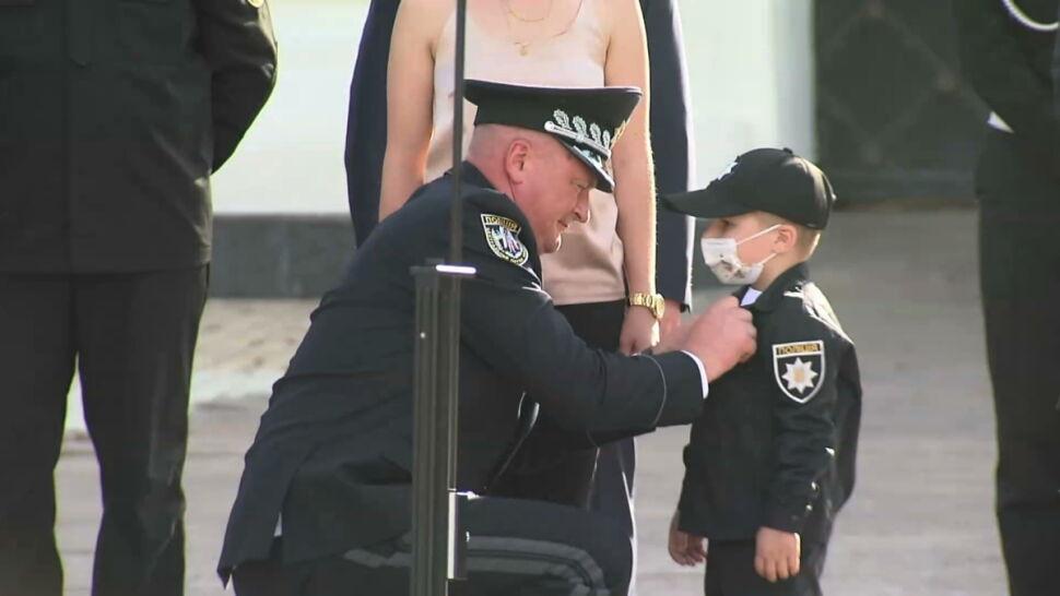 Ukraina: 4-letni chory na raka chłopiec dostał odznakę policyjną. Poroszenko: bądź odważny i silny