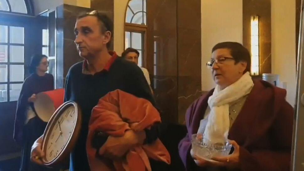 """""""Lotna Brygada Opozycji"""" z materacami i firankami w siedzibie NIK"""