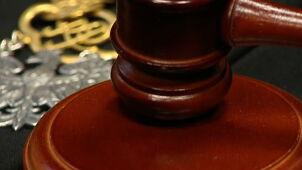 Oskarżony musiał czołgać się podczas rozprawy. Postępowanie wobec sędziów
