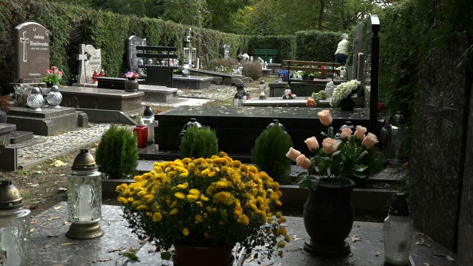 Wszystkich Świętych w dobie epidemii. Rząd apeluje, by wizyty na cmentarzach rozłożyć w czasie