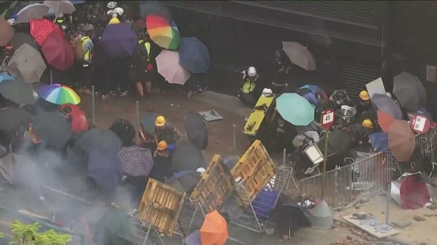 """""""Tego nie da się już zatrzymać"""". Ostre starcia z policją w Hongkongu"""