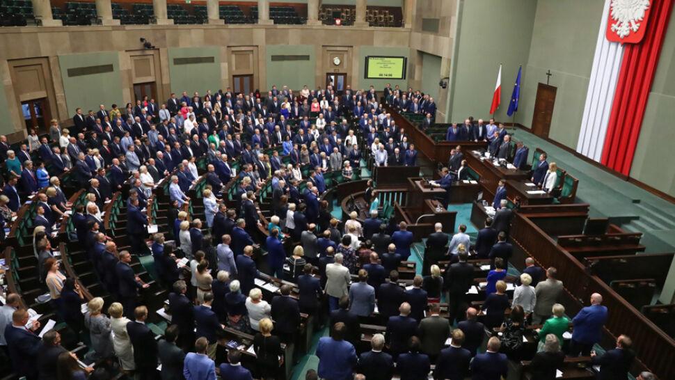 """Dla młodych """"dobry start"""", dla samorządów mniejsze wpływy. Sejm uchwalił zerowy PIT"""