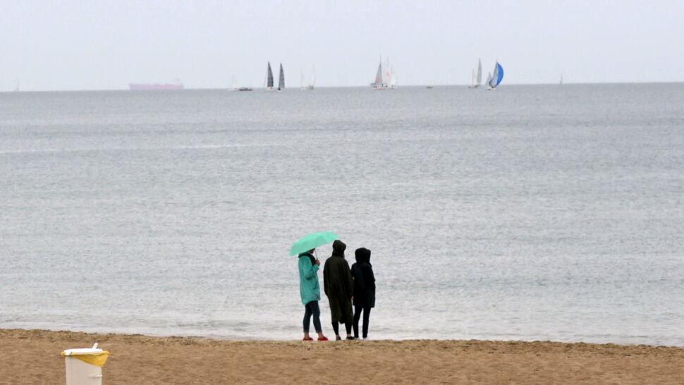Plażowicze chodzą w kurtkach. Cieplej ma być dopiero po 17 lipca
