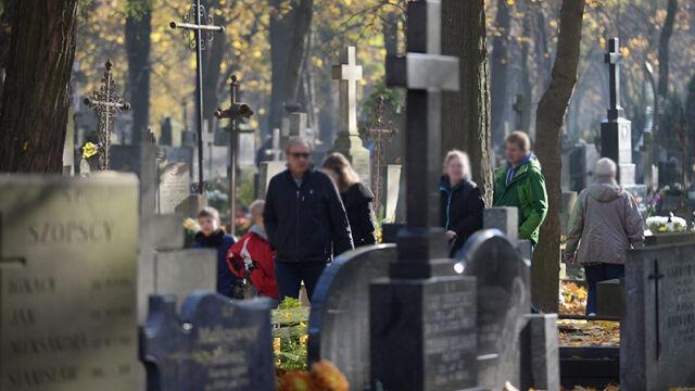 Polacy wspominają zmarłych. Dziś dzień Wszystkich Świętych