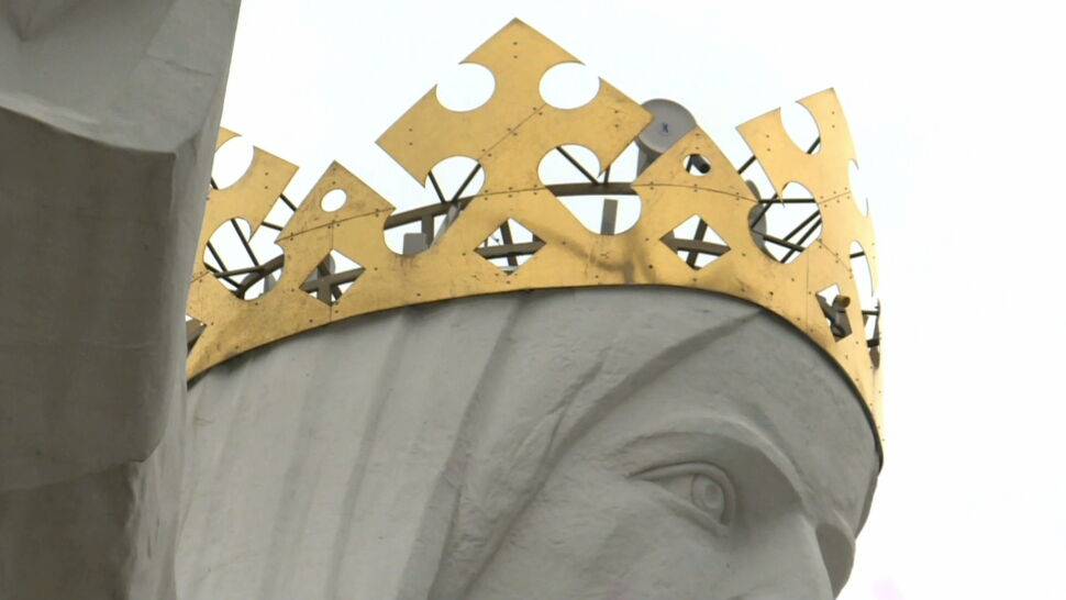 """Świebodziński Jezus w koronie z antenami. """"Może chrystianizacja będzie miała większy zasięg?"""""""
