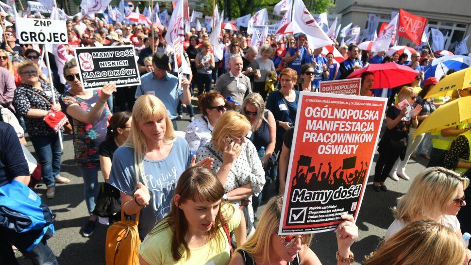 """Nauczyciele protestują i żądają dymisji minister edukacji. """"Chcemy wreszcie prawdy"""""""