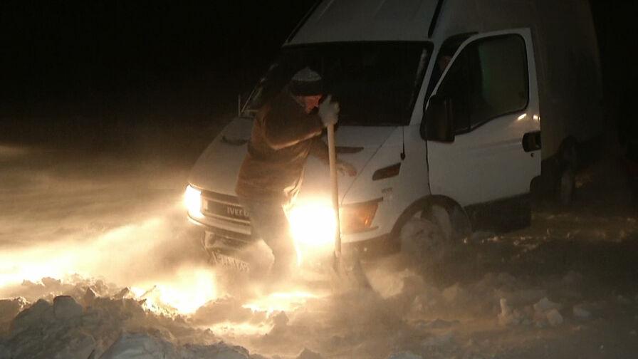 """""""Pokaz solidarności"""" kierowców. Odkopali i pomogli odpalić auto na zasypanej drodze"""