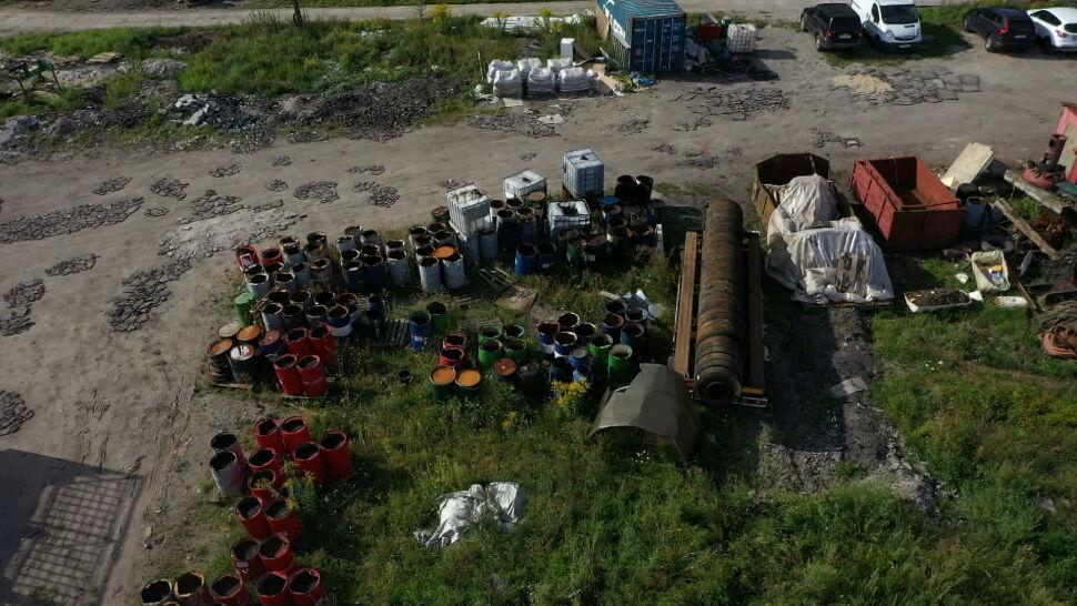 Setki beczek z chemikaliami porzucone nad brzegiem Martwej Wisły w Gdańsku